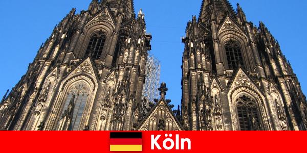 Немски семейни почиващи с деца обичат да пътуват до град Кьолн