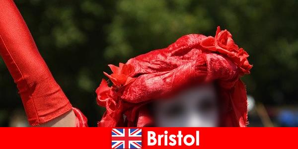 Туристите се прехранват като улични изпълнители в Бристол