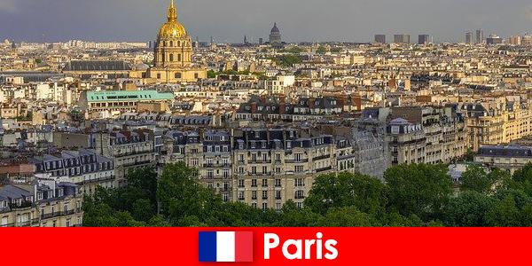 Туристите обичат центъра на Париж с неговите изложби и художествени галерии
