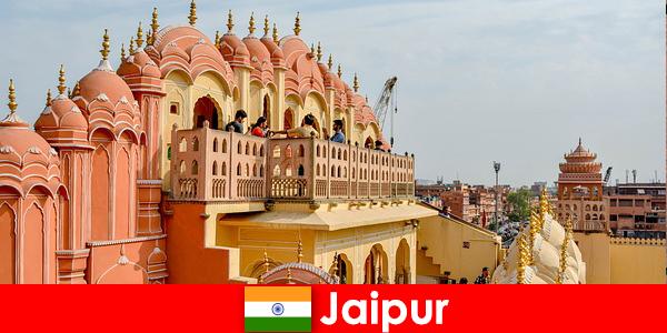 Впечатляващи дворци и най-новата мода могат да намерят туристи в Джайпур от Индия
