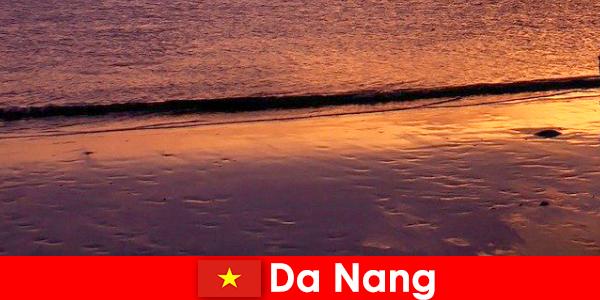 Да Нанг е крайбрежен град в централната част на Виетнам и е популярен със своите пясъчни плажове