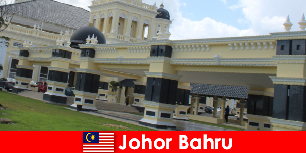 Джохор Бару, градът на пристанището не само привлича вярващите в старата джамия, но и туристи