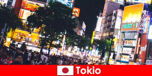 Токио за почиващите в трептящите неонови светлини в града перфектният нощен живот