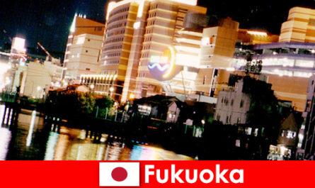Многобройните дискотеки, нощни клубове или ресторанти на Фукуока са най-доброто място за срещи на почиващите
