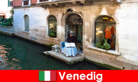 Чисто пътуване за пазаруване на туристи в стария град на Венеция в Италия