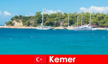 Обиколка с лодка и горещи партита за млади туристи в Кемер, Турция