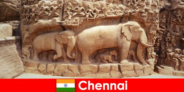 Непознатите се вълнуват от традиционните културни сгради в Ченай Индия