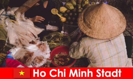 Чужденците опитват разнообразието от щандове за храна във Хошимин Сити Виетнам
