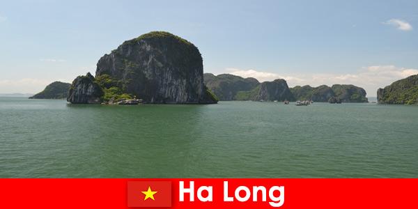 Разходки с лодка за летовници до скалните гиганти в Ха Лонг Виетнам