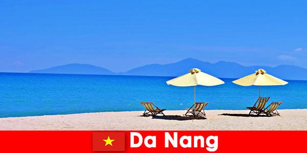 Пакетните туристи се отпускат на лазурните плажове в Дананг Виетнам