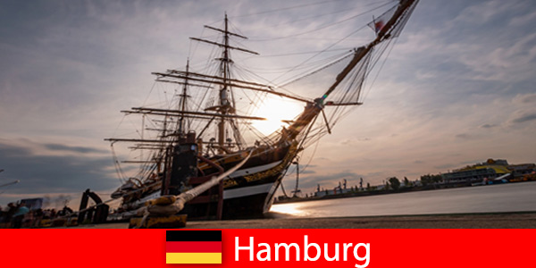 Германия Слизат в пристанището на Хамбург до рибния пазар за туристически гастрономи