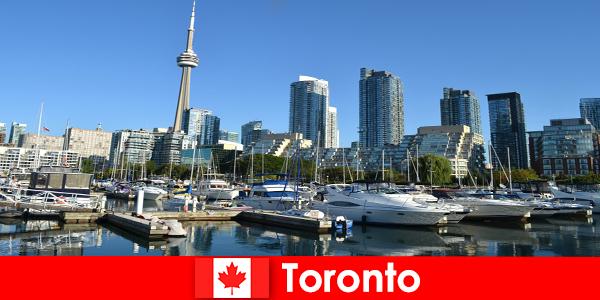 Торонто в Канада е модерен метрополис край морето, много популярен сред туристите в града