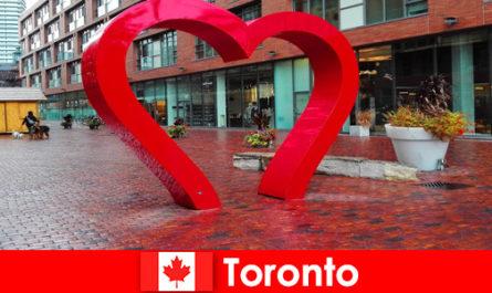 Торонто Канада като колоритен град се преживява от чуждестранните посетители като мултикултурен метрополис
