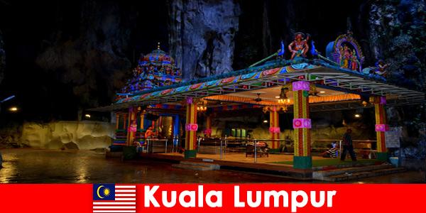Куала Лумпур Малайзия дава на пътниците дълбока представа за древните варовикови пещери