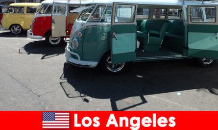 Чужденците наемат евтини коли в Лос Анджелис, САЩ за разглеждане на забележителности