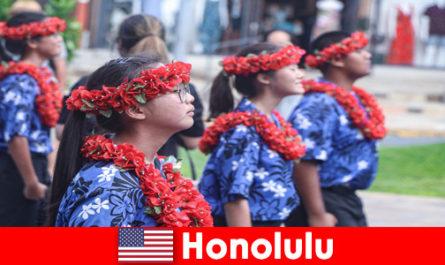 Чуждестранните гости обичат културния обмен с местни жители в Хонолулу, САЩ