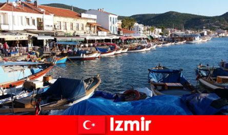 Активните пътници пътуват между града и плажа в Измир, Турция