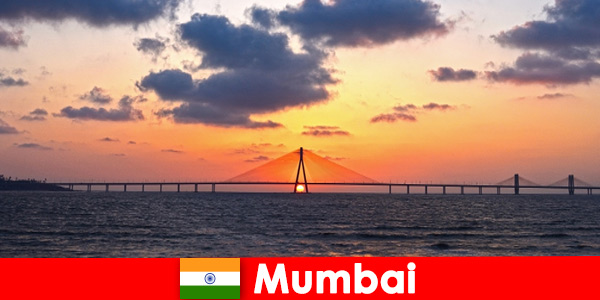 Пътуващите в Азия са ентусиазирани от модерността и традициите в Мумбай Индия
