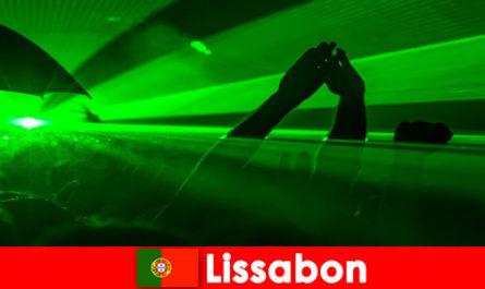 Популярни дискотечни вечери на плажа за млади купонджии в Лисабон, Португалия