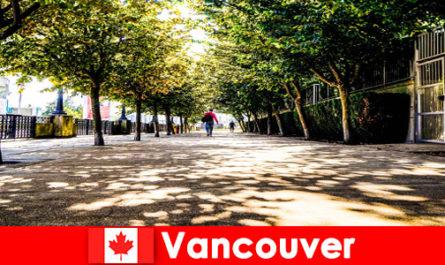 Градските пътеводители на Канада Ванкувър придружават чуждестранни туристи до местните кътчета