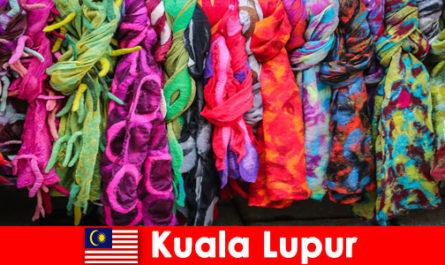 Културните туристи в Куала Лумпур Малайзия изпитват отличното майсторство