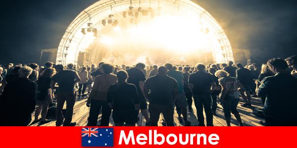 Непознати посещават всяка година безплатните концерти на открито в Мелбърн, Австралия