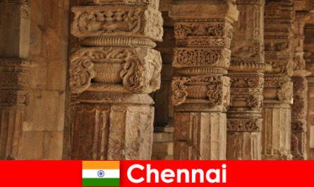 Чужденците посещават Ченай Индия, за да видят великолепните цветни храмове