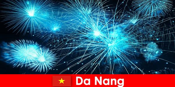 Туристите от Дананг Виетнам изживяват спиращи дъха огнени шоута на вечеря