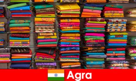 Туристически групи от чужбина купуват евтини копринени тъкани в Агра Индия