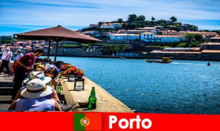 Дестинация за къси туристи до големите рибни ресторанти на пристанището в Порто Португалия