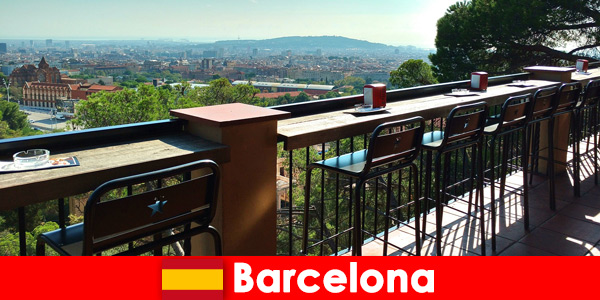 Чисто усещане за голям град за посетители на Барселона Испания с барове, ресторанти и арт сцена